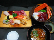 海鮮陶板焼きと握り10貫<br />シラス桜エビの赤だし<br />1,680円